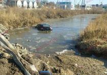 Автомобиль угодил в глубокую канаву в Благовещенском районе