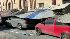 Упавший забор прихлопнул десятки машин на канале Грибоедова: видео