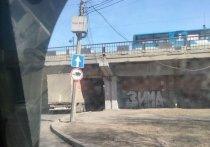 Грузовик застрял утром 16 апреля под Глазковским мостом в Иркутске