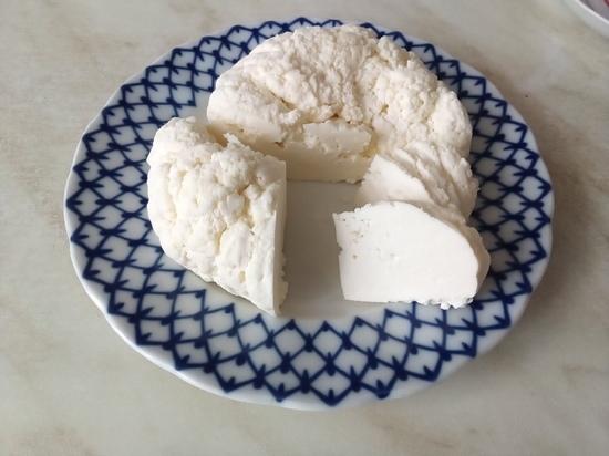 В мире насчитывается огромное количество сортов сыра, разных и по жирности, и по твердости