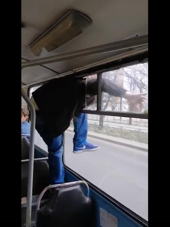Украинец избил кондуктора и сбежал через форточку автобуса