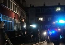 Благовещенские пожарные эвакуировали людей из горящего дома
