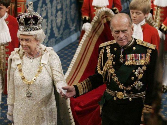Похороны британского принца Филиппа, мужа королевы Елизаветы II, проходят в субботу, 17 апреля, в часовне Святого Георгия в Виндзорском замке. Герцог Эдинбургский умер в  99 лет 9 апреля, причиной смерти стала сердечная недостаточность. На  похоронах будут присутствовать тридцать членов королевской семьи (включая принца Гарри, но без Меган Маркл) во главе с королевой. Мы ведем онлайн-трансляцию похорон принца Филиппа.