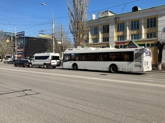 Три пассажирки получили травмы в ДТП с автобусом и маршруткой в Волгограде