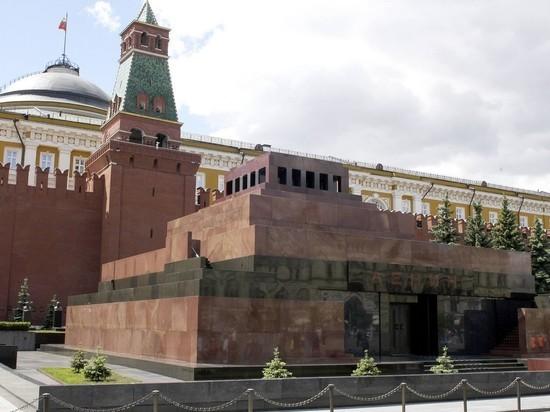Во вновь открывшийся мавзолей Ленина выстроилась очередь