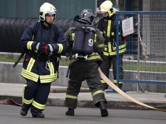 На западе Москвы горят торговые павильоны