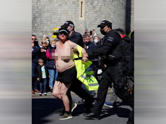 В британском Виндзоре произошел скандал на похоронах герцога Эдинбургского, супруга королевы Елизаветы II принца Филиппа