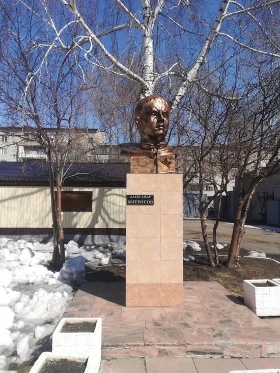 Барнаульскую гимназию заставили вернуть первоначальный вид бюсту Матросова