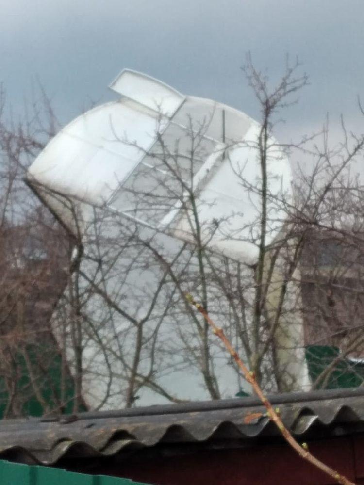 Теплица на дереве и выбитые окна: кадры последствий урагана в Рязанской области