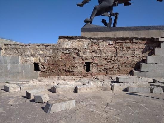 Монумент Победы в Новгороде начал разваливаться за два дня до реставрации