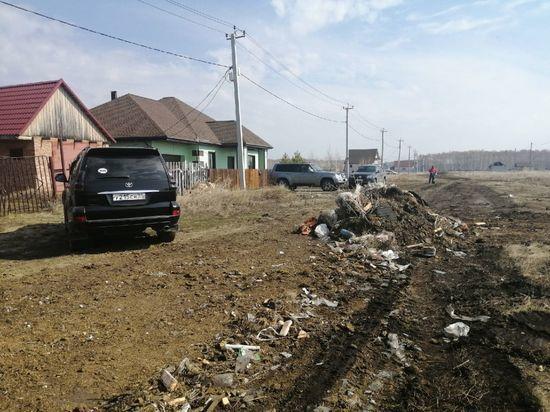 В Азово жители одной из улиц перегородили дорогу мусором