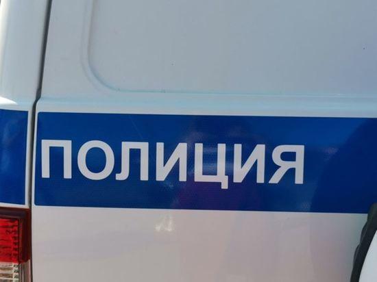В Петербурге задержали разбившего топором остановку мужчину