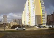 В понедельник, 19 апреля, в Барнауле по адресу 65-лет Победы, 9 из окна новостройки выпал человек