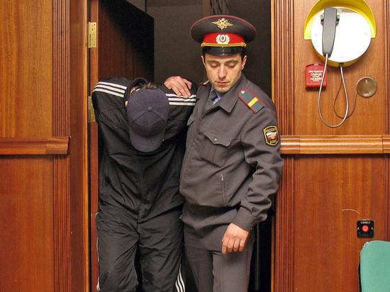 В Новосибирске сотрудник конвоя застрелил из табельного оружия обвиняемого, которого доставили в городской Центральный районный суд, сообщается на сайте суда