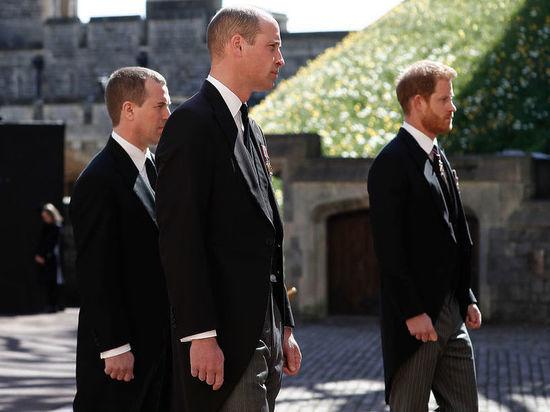 Принц Гарри может отложить возвращение в Лос-Анджелес, чтобы остаться на день рождения королевы в среду, – «в результате двухчасовых мирных переговоров с братом Уильямом после похорон принца Филиппа», утверждают королевские источники
