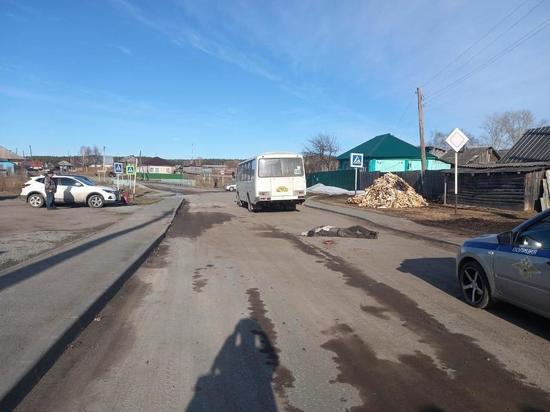 Поскользнувшегося пешехода задавил автобус под Новосибирском