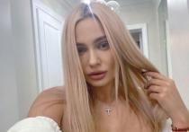 Российская актриса театра и кино Наталья Рудова опубликовала в Stories своего Instagram видео, на котором показала идеальное тело в бикини
