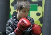 13-летний Адам Кадыров, сын президента Чечни Рамзана Кадырова, оказался под огнем критики после того, как в Сети появилось видео боксерского поединка с его участием. Фанаты бокса посчитали, что сыну Кадырова была засчитана несправедливая победа. «МК-Спорт» расскажет, что случилось.