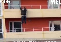 В Кирове мужчина сорвался с балкона пятого этажа