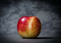 С застрявшим в заднем проходе яблоком попал на стол к хирургу молодой москвич