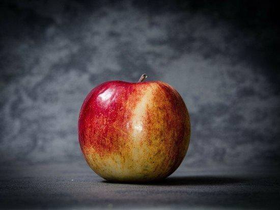 Хирургам мужчина рассказал, что случайно упал на фрукт