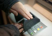 В одном из банкоматов Барнаула 61-летний горожанин забыл 200 тысяч рублей, которые были украдены 21-летней девушкой.