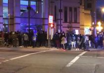 Полицейский застрелил темнокожую 16-летнюю девушку в городе Колумбус в штатеОгайо, демонстранты вышли к зданию городской полиции, передаёт местный телеканал10TV