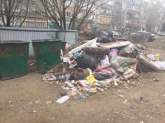 Оренбуржцы ежедневно жалуются на заваленные площадки для сбора ТКО