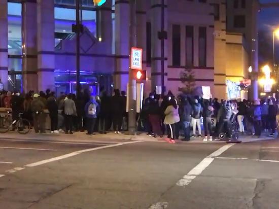 У полицейского управления города Колумбус уже собралась толпа манифестантов