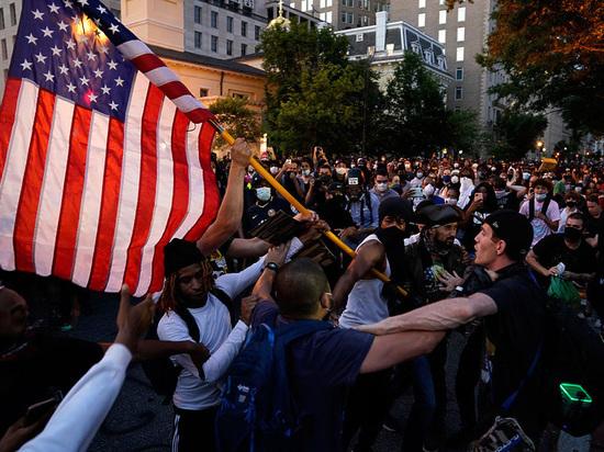 Сотни активистов BLM вышли на шествие по улицам Нью-Йорка