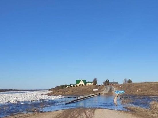 Фотофакт: в Холмогорском районе вода перекрыла автодорогу на Пинегу
