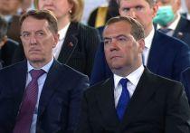 Медведев на послании Путина порадовал загорелым видом