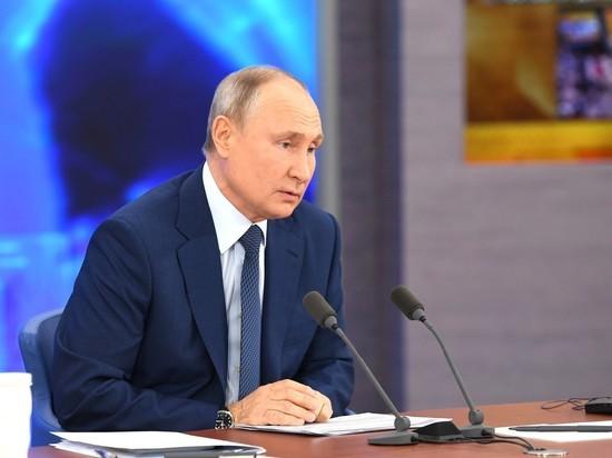 Президент России Владимир Путин объявил, что в августе на каждого школьника в России будет выплачено по 10 тысяч рублей