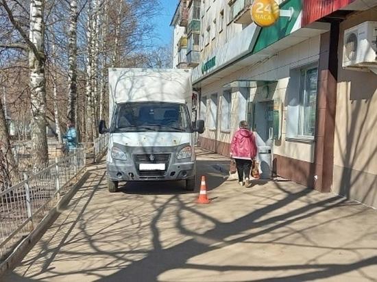 Грузовик сбил пенсионерку на тротуаре в Йошкар-Оле