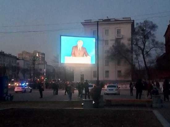 Участникам незаконного митинга в Хабаровске включили выступление Путина