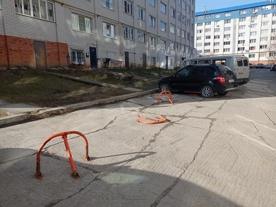 УК через суд обязали освободить парковку от блокираторов в микрорайоне «Байконур»