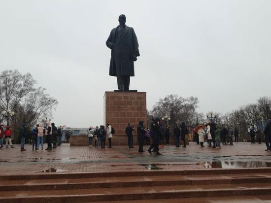 На несанкционированный митинг на Сахалине не пришло и сотни человек