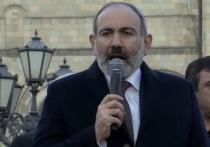 Полиция задерживает приковавшихся к дверям правительства Армении оппозиционеров