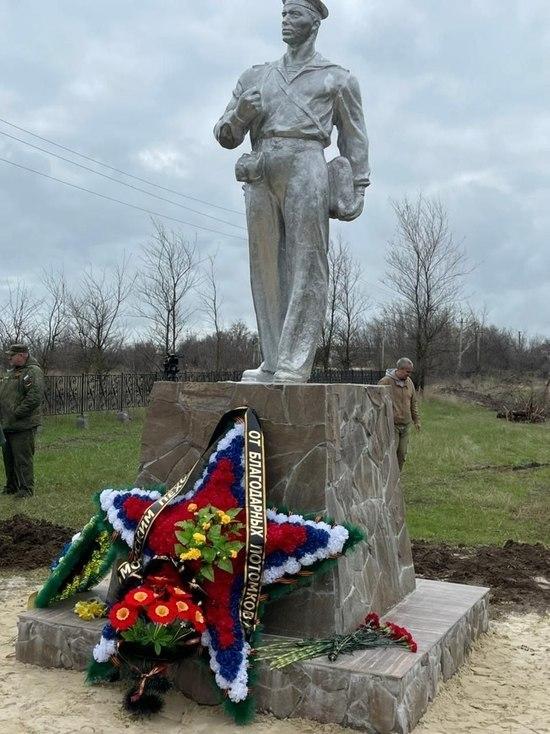 На мемориальном кладбище в селе Заветном захоронили солдат и установили памятник