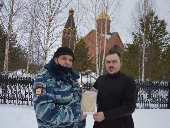 Югорский полицейский подарил храму двухсотлетний молитвослов