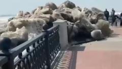 В Хабаровске глыбы льда с Амура снесли ограждение набережной: видео