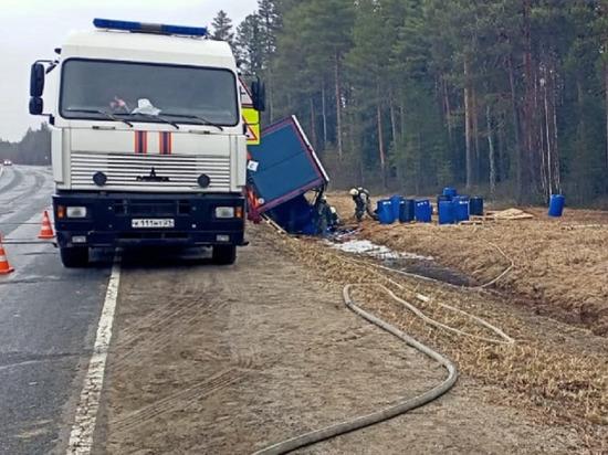 Фура с 22 т соляной кислоты перевернулась в Архангельской области