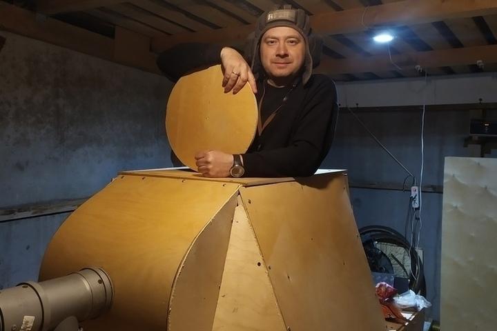Красносел Вячеслав Ракитников решил пересесть со старинного велосипеда на фанерный танк