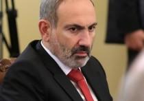 Протестующие забрасывают Генпрокуратуру Армении яйцами