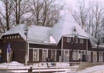 Со старинного здания вокзала в Токсово начали срывать крышу