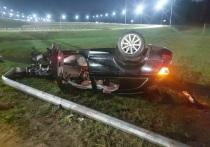 В Калуге два человека травмированы во влетевших в фонарный столб машинах