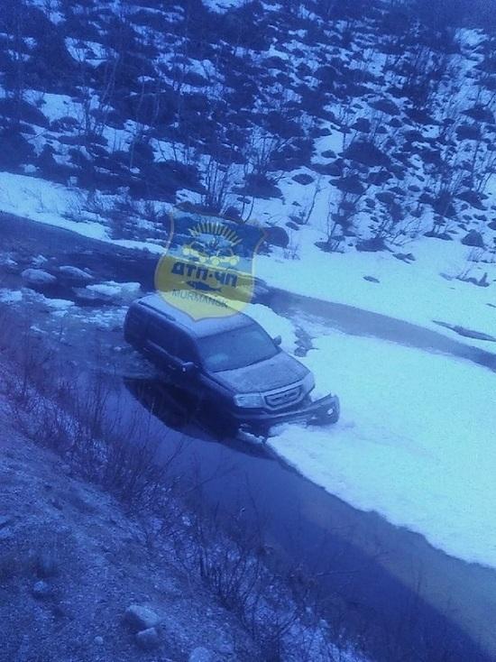 По дороге в Ура-губу машина вылетела с дороги в реку