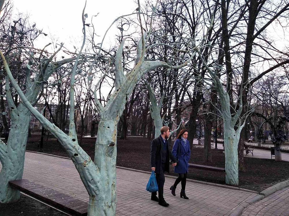 Повседневная жизнь Донецка в фотографиях: следы обстрелов и тюльпаны