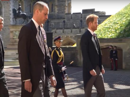 После официальной части похорон принца Филиппа 17 апреля братья Уильям и Гарри были замечены разговаривающими друг с другом в стороне от журналистов