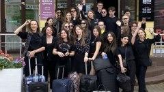 Люди в черном провели в поддержку курортного сезона флешмоб с чемоданами